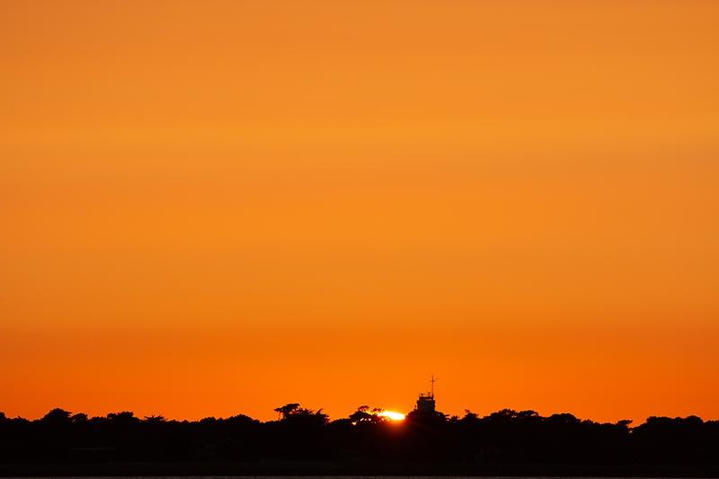 Photographie minimaliste Oranges est le coucher du soleil présentant ses derniers rayons