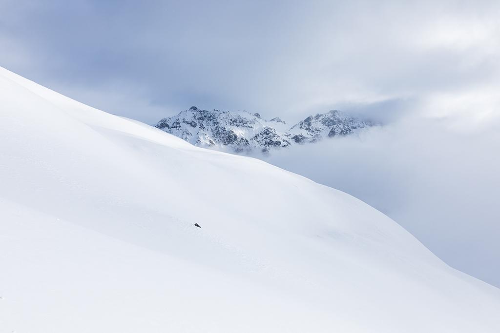 Photographie paysage d'une montagne enneigée