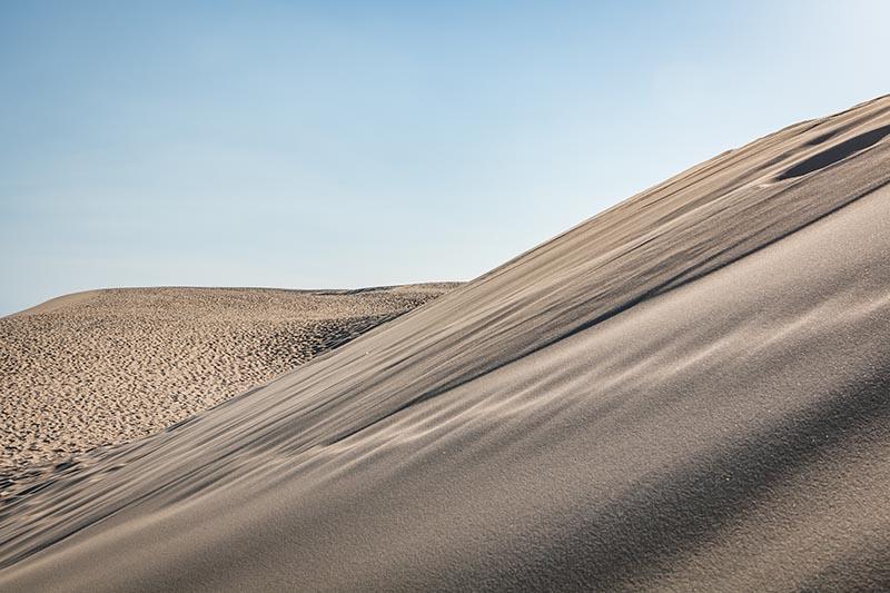 Photographie minimaliste Uncharted banc de sable sur fond de ciel bleu