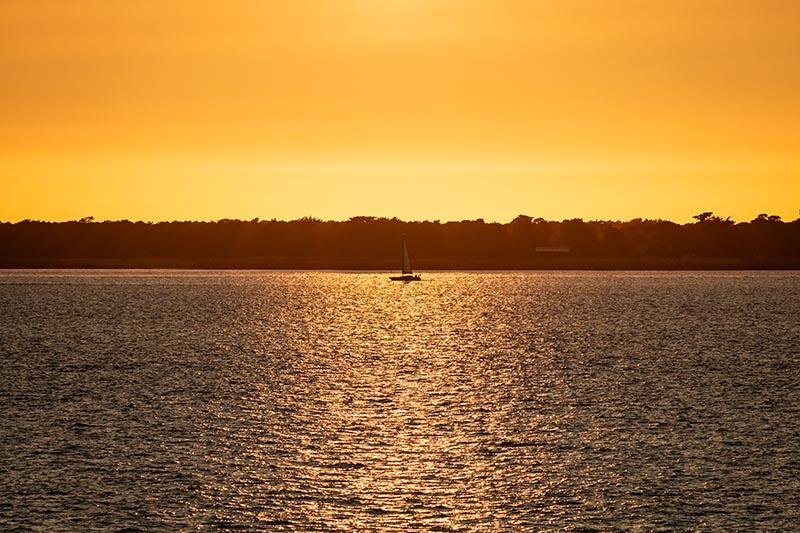 Photographie Paysage d'un voilier sur la mer au coucher du soleil
