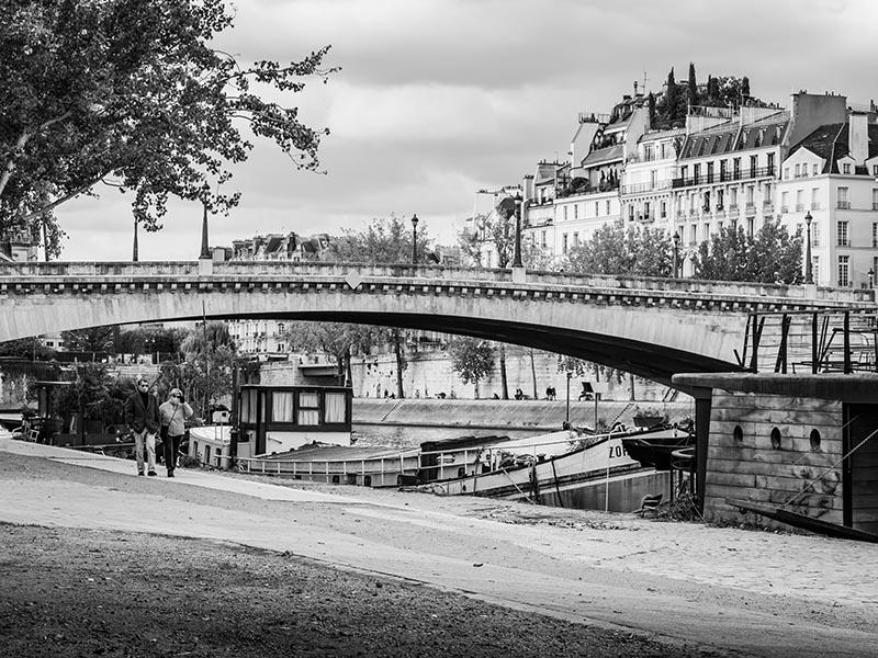 Photo noir et blanc du pont de la Tournelle avec piétons