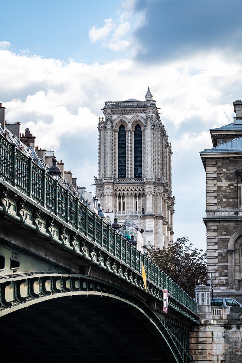 Photographie urbaine de notre dame de paris depuis un pont