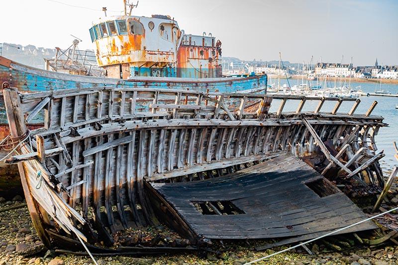 Photographie paysage Amarrage bateau éventré sur le port de Camaret