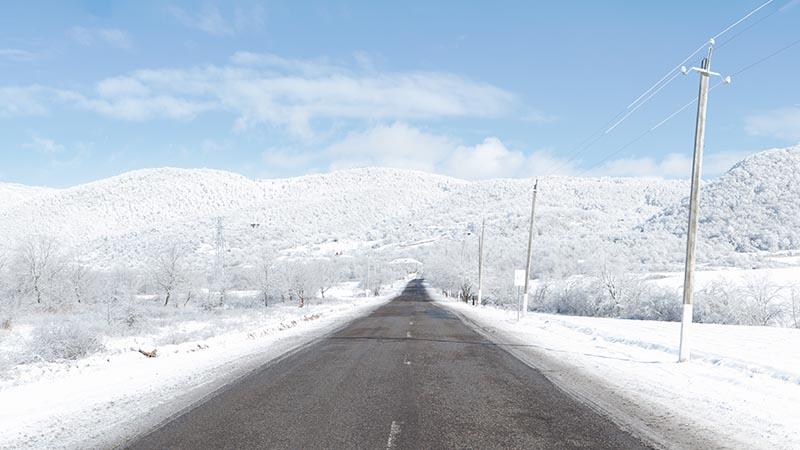 Photographie paysage Road Trip route entourée de neige partout