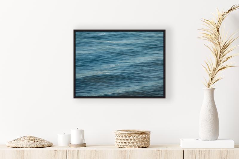 Photo art nature Vagues sur l'océan créant un effet de mouvement mise en situation Commode décoration murale