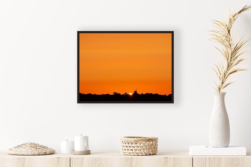 photographie minimaliste art abstrait et épurée. Misé en situation au dessus d'une commode. Coucher de soleil