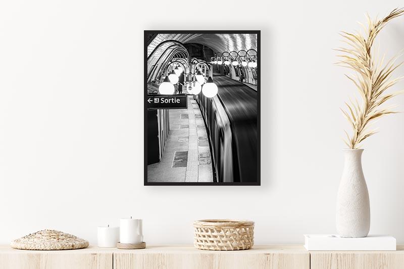 Photographie urbaine métro Cité Paris mise en situation avec une commode