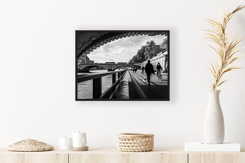 Photo noir et blanc quais de seine mise en scène avec une commode format moyen