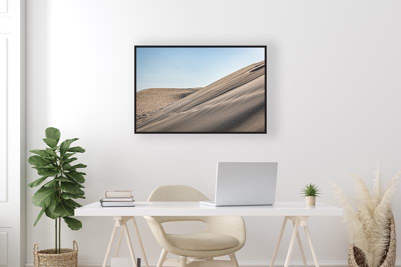 Photographie minimaliste dune du Pyla mise en scène dans un bureau pour GUILLO TIMAGES Galerie d'art en ligne